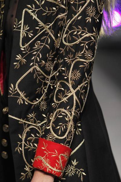 La Rey es una levita larga cuyo especial bordado en oro la hace totalmente diferente del resto.